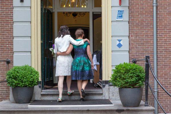 bruid met zus, intieme trouwfoto, bruidsfotografie, Huwelijksfotografie